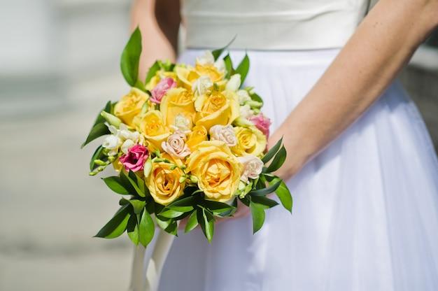 黄色いバラのウェディングブーケ