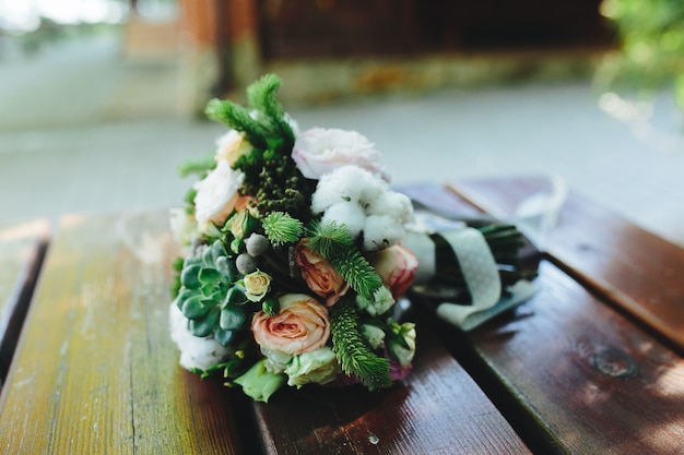 Свадебный букет на скамейке, вид вблизи