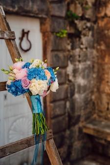 Свадебный букет на каменном фоне