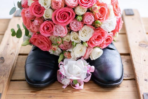 Свадебный букет на черной мужской обуви