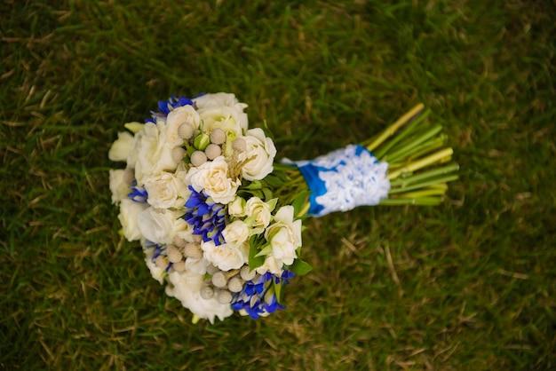 Свадебный букет на траве