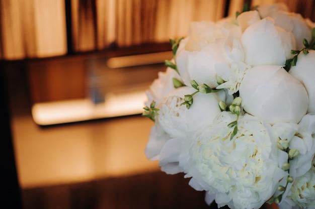 結婚式で牡丹とウェディングブーケ。美しい花のブーケ。
