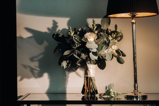 バラとブートニア/ブートニエールのウェディングブーケ。結婚式の装飾