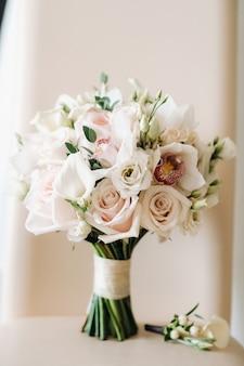장미와 boutonniere가있는 웨딩 부케. 결혼식 장식.