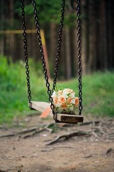 バラと緑の枝のウェディングブーケ