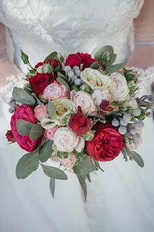 Свадебный букет с розами в руках невесты
