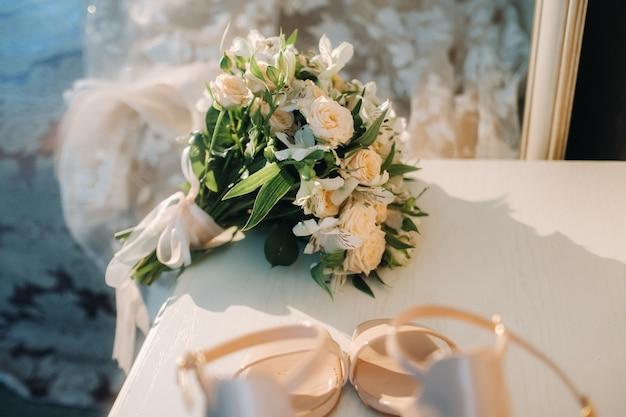 テーブルの上にバラのウェディングブーケ。結婚式の装飾