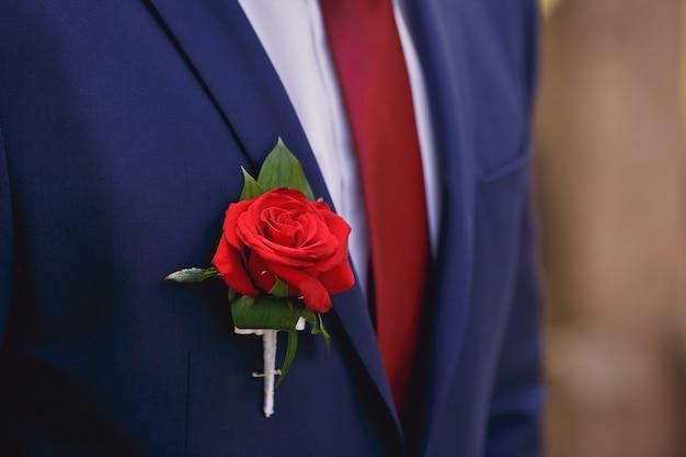 新郎のスーツの結婚式のブートニア