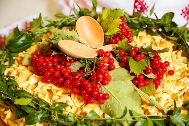 ベリーで飾られた結婚式のパン