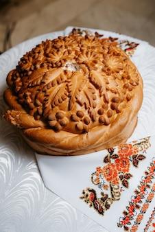 ボリュームのあるツイストピグテールと装飾が施された結婚式のパン