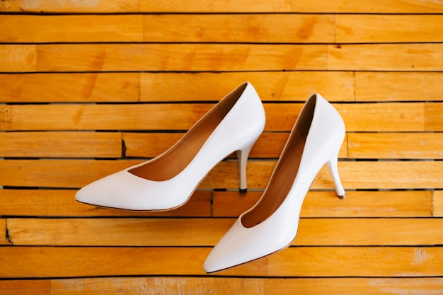 나무 질감에 웨딩 신부 신발입니다.