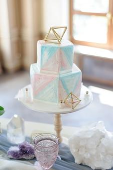 웨딩 케이크 석영 웨딩 장식이있는 테이블.