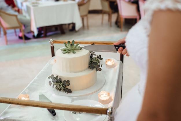 新婚夫婦の結婚式でのウエディングケーキ Premium写真