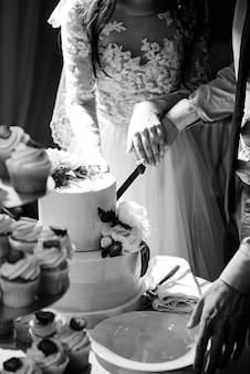 신혼 부부의 결혼식에서 웨딩 케이크