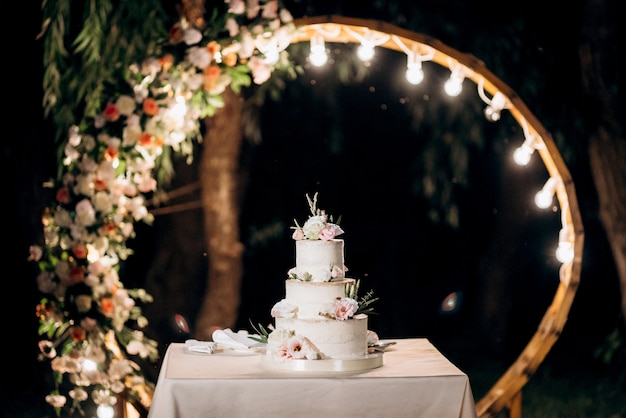 新婚夫婦の結婚式でのウエディングケーキ