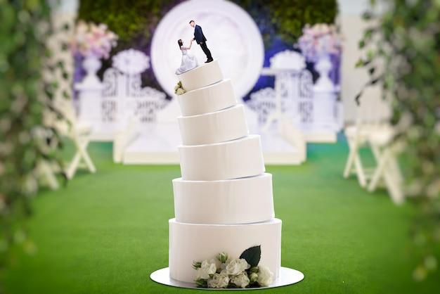 Wedding cake, bride and groom, marriage proposal