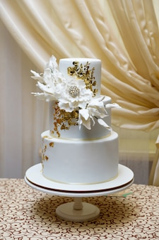 Свадебный торт из трех ярусов белой мастики