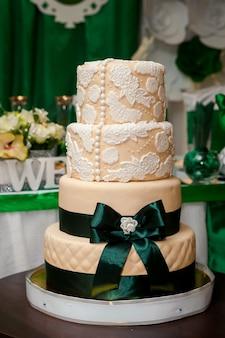 木製のテーブルの上のウェディングケーキ