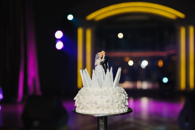 テーブルの上のウェディングケーキ