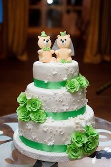 クマとウェディングケーキ