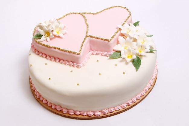 Свадебный торт с цветными цветами