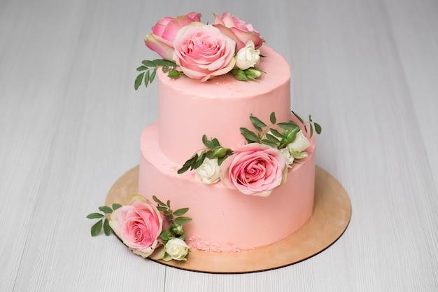花とウエディングケーキ