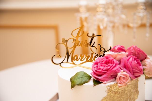 結婚したばかりのトッパーとウェディングケーキ。花で豪華なウェディングケーキ。