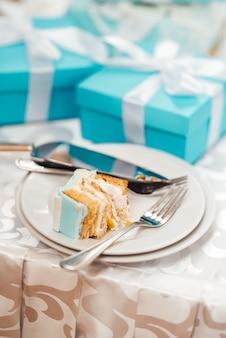 ティファニースタイルのターコイズケーキとウエディングケーキ