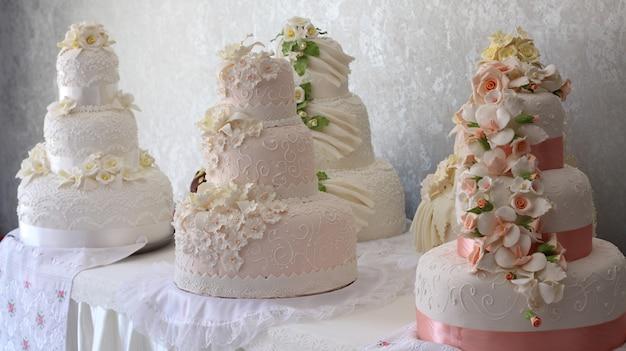 花で飾られたウエディングケーキ