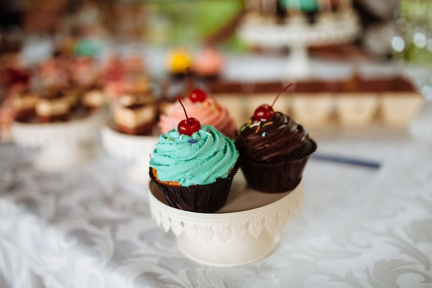 Wedding candy bar. вкусный сладкий буфет с кексами. сладкий праздничный буфет с кексами и другими десертами.