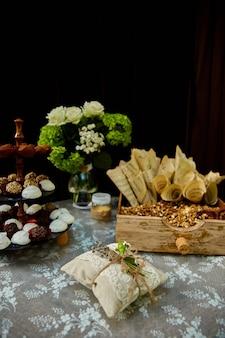 웨딩 캔디, 나무와 야생화로 만든 장식이 축제 테이블에 제공됩니다.
