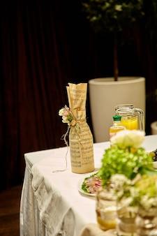 Свадебные конфеты, украшения из дерева и полевые цветы поданы на праздничный стол.
