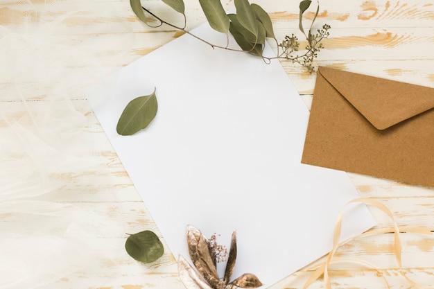 잎 가지와 웨딩 카드