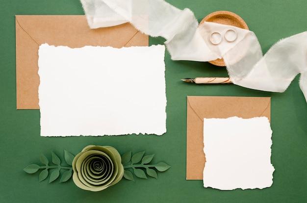 花の紙の装飾品でウェディングカード