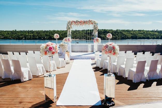 結婚式場、アーチチェアの装飾