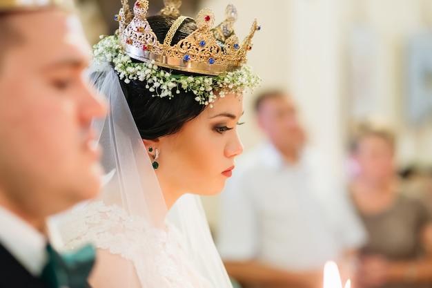 머리에 황금 왕관을 쓴 결혼식 신부