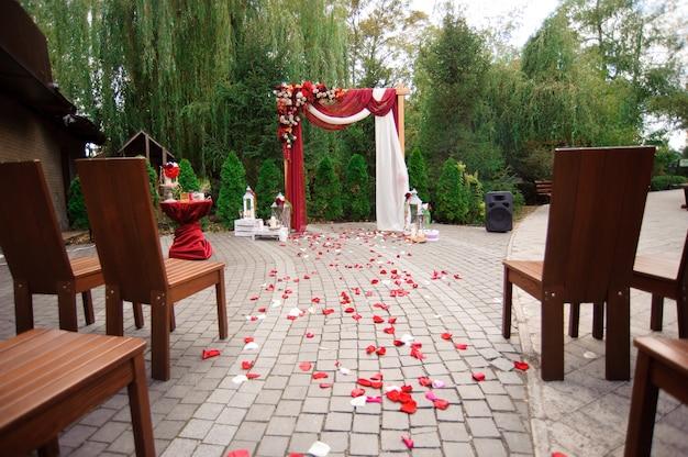 Оформление свадебной церемонии, красивый свадебный декор