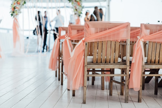Украшение свадебной церемонии с размытыми людьми