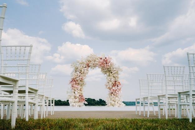 緑の芝生の路上での結婚式。結婚式のお祝いの装飾。