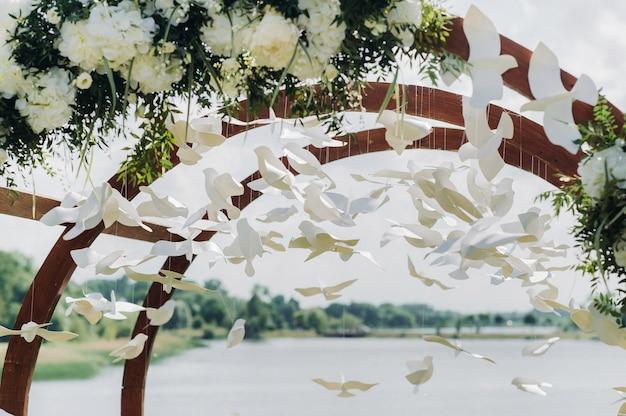 Свадебная церемония на улице на зеленой лужайке