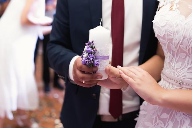 결혼식, 도구, 신부와 신랑은 손에 큰 촛불을 들고 있습니다.