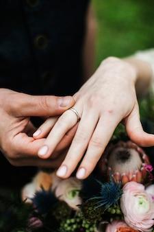 結婚式、新郎は彼の指に結婚指輪を花嫁に置く