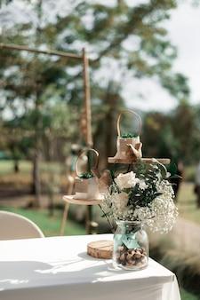 Свадебная церемония с цветами на улице в саду