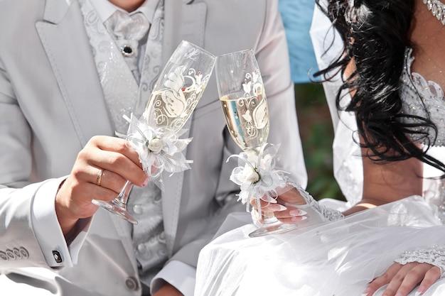 신부와 신랑의 손에 웨딩 샴페인