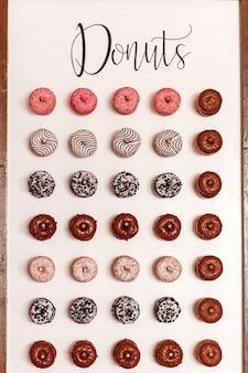 손님을위한 웨딩 초콜릿 도넛. 축제. 결혼식 날에 과자. 결혼식 도넛. 맛있는 도넛 벽.