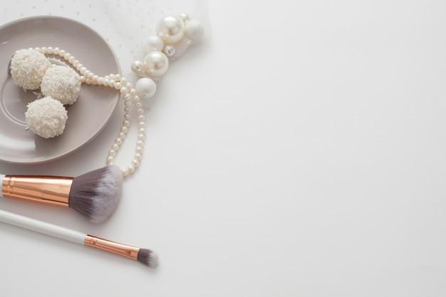 真珠の宝石で飾られた結婚式の組成の上面図。花嫁のコンセプトの朝。