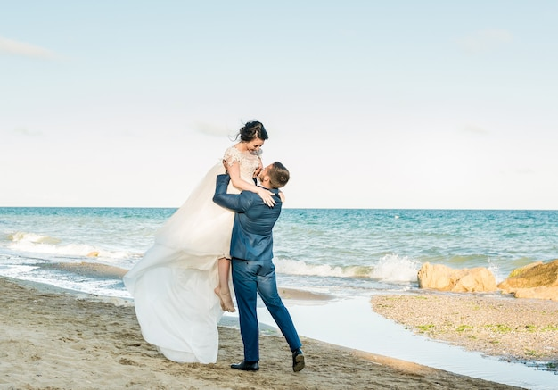 Свадебная пара. красивая невеста и жених. просто развеселился. закройте вверх. счастливая невеста и жених на свадьбе