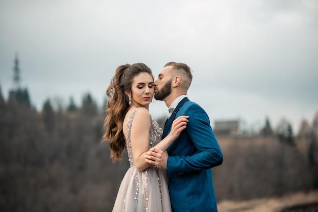 Свадебная пара, красивая невеста и жених