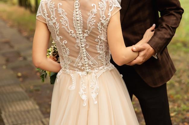 手を繋いでいる新郎新婦の結婚式