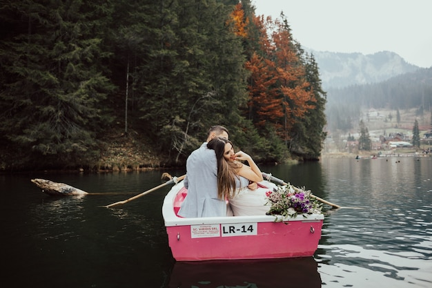 ボートの湖で結婚式のカップルの新郎新婦。